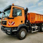 Allrad-Lkw mit Ladekran und Containerabrollanlage